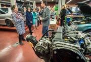 Mitglieder der US-Delegation lassen sich über die praktische Ausbildung von Mechanikern informieren. (Bilder: Reto Martin)