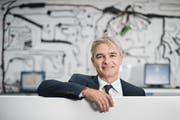 Komax-CEO Matijas Meyer im Showroom am Hauptsitz in Dierikon. (Bild: Boris Bürgisser, 18. August 2015)