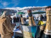 Der Reichtum der Milliardäre nimmt auch in der Schweiz zu: Champagner trinken am White Turf in St. Moritz. (Bild: KEYSTONE/GIANCARLO CATTANEO)