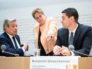 SVP-Nationalrätin und Ems-Chemie-Chefin Magdalena Martullo wirbt gemeinsam mit den Unternehmern Benjamin Giezendanner und Alberto Siccardi für ein Ja zur Selbstbestimmungsinitiative. (Bild: KEYSTONE/PETER SCHNEIDER)