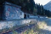 Das Munitionslager im sogenannten «Eidgenössischen» in Göschenen mit Wachhaus (links) und Verladerampe. Am 18. August 1948 brannte der Stollen 1 (erste Öffnung im Bild rechts). (Bild: Christoph Hirtler, Göschenen, Oktober 2018)