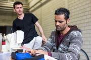 Zwei Asylsuchende aus Afghanistan anlässlich eines Pilotprojekts in Aarau. (KEYSTONE/Alexandra Wey)