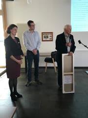 Heimleiterin Domenika Schnider und Leiter Hotellerie, Thomas Herold, lauschen den Worten von Josef Slembrouck. (Bild: Andrea Müntener-Zahnder)