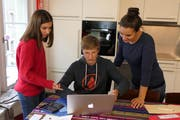 Karen (13) rechnet mit Laurence (15) vom Büroteam ab. Conny Egger von der Jugendanimation Zug (Jaz) unterstützt, wo nötig.