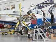 Blick in die Produktionshalle der Pilatus Flugzeugwerke in Stans (Bild: Christian Beutler / Keystone)