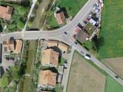 Bei einem Verkehrsunfall mit drei Autos ist am Donnerstag in Wattenwil ein Mann an einer Tankstelle schwer verletzt worden. (Bild: Swisstopo)