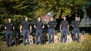 Die Teams, die an der zugerischen Polizeihundeprüfung 2018 teilgenommen haben. (Bild: Zuger Polizei)