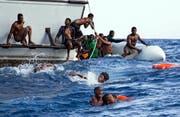 Flüchtlinge kämpfen vor der Küste Libyens ums Überleben. (Lisa Hoffmann/Sea-Watch via AP)