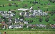 Ein Flieger beim Landeanflug auf den Flugplatz Buochs. (Bild: Archivbild: Corinne Glanzmann)