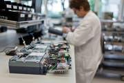 Produktion von hochpräzisen Stromzählern bei Landis+Gyr. (Bild: Gaetan Bally / Keystone (Zug, 3. August 2011))