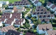 Eine Wohnüberbauung bei Maur im Kanton Zürich. (Bild: Steffen Schmidt/Keystone (2. August 2014))