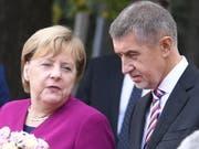 Andrej Babis begrüsst Angela Merkel am Freitag in Prag. (Bild: Keystone/EPA/FILIP SINGER)