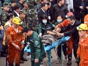 Die Zahl der Toten durch den Bergschlag vom vergangenen Samstag in einer Kohlegrube in Ostchina ist auf acht gestiegen. Dreizehn Bergleute wurden am Freitag noch vermisst. (Bild: KEYSTONE/AP XinHua/GUO XULEI)
