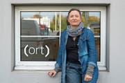 Judith Huber vor ihrem Atelier in Emmenbrücke. Bild: Nadia Schärli (Emmenbrücke, 23. Oktober 2018)