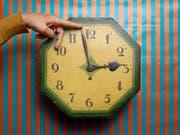 Zurück von drei auf zwei Uhr: Morgen Nacht endet die Sommerzeit. Wer die Uhren nicht zurückstellt, riskiert, eine Stunde zu früh zu einem Termin zu erscheinen. (Bild: KEYSTONE/CHRISTIAN BEUTLER)