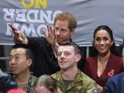 Wie ganz normale Zuschauer: Prinz Harry und seine Frau Meghan haben sich beim Rollstuhl-Basketballfinal unter ihre Fans gemischt. (Bild: KEYSTONE/EPA AAP/DAN HIMBRECHTS)