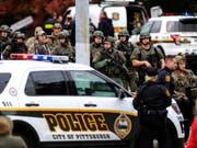 Spezialkräfte der Polizei sichern das Areal rund um die «Tree of Life»-Synagoge im Pittsburgher Viertel Squirrel Hill, wo ein Schütze am Samstag mehrere Schüsse abfeuerte. (Bild: KEYSTONE/AP Pittsburgh Post-Gazette/ALEXANDRA WIMLEY)