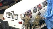 Bundesbeamte schleppen den Van ab, in welchem der Verhaftete gelebt hat. (Bild: Keystone)