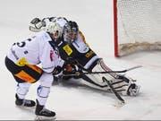 Viktor Stalberg bringt die Scheibe an Benjamin Conz vorbei und schiesst Zug zum Sieg (Bild: KEYSTONE/TI-PRESS/ALESSANDRO CRINARI)
