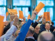Delegierte der SVP im Januar in Confignon bei Genf. Am Samstag treffen sie sich im zürcherischen Volketswil. Auch die Grünen und Grünliberalen halten ihre Delegiertenversammlungen ab. (Bild: Keystone/MARTIAL TREZZINI)