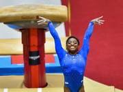 Gross die Freude bei Simone Biles nachdem ihr neuer Sprung gestanden ist (Bild: KEYSTONE/EPA/NOUSHAD THEKKAYIL)