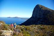 Zwei Frauen wandern auf dem Hoerikwaggo-Trail auf dem Tafelberg in Südafrika. (Bild: Alamy)