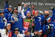 Die Gewinnerin Tessa Worley aus Frankreich mit ihrem Team (Bild: Keystone/Daniel Kopatsch)