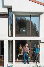 Vorbildlich: Beat und Brigitte Keller vor ihrem Haus, das nach einer umfassenden Sanierung nun extrem energieeffizient ist. (Bild: Nadia Schärli, Luzern, 23. Oktober 2018)