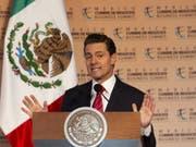 Videobotschaft: Mexikos Präsident Enrique Peña Nieto hat am Freitag den Migranten der Flüchtlings-Karawane die Unterstützung seines Landes zugesagt. (Bild: KEYSTONE/EPA EFE/FRANCISCO GUASCO)
