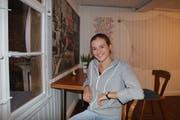 Nach unzähligen Stunden Sanierungsarbeiten geniesst Jessica Okle ihren Rückzugsort. (Bild: Benjamin Schmid)