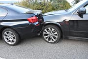 Gleich vier Autos fuhren am Freitagabend in Kirchberg ineinander. (Bild: PD)