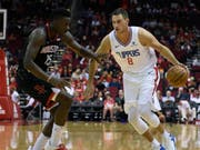 Houstons Center Clint Capela (links) verteidigt gegen Danilo Gallinari von den Los Angeles Clippers (Bild: KEYSTONE/FR171023 AP/ERIC CHRISTIAN SMITH)