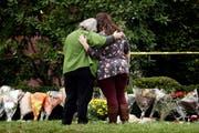 Zwei Frauen trösten sich gegenseitig vor der Tree-of-Life-Synagoge in Pittsburgh. (Bild: Matt Rourke/AP (28. Oktober 2018))