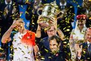 Kostet seinen Triumph im Final gegen Marius Copil (links) aus: Roger Federer mit dem Pokal. (Bild: Alexandra Wey/Keystone (Basel, 28. Oktober 2018))