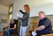 Für Gelächter, Kurzweil und Spannung war gesorgt. Antonia Zemp, Mona Petri und Moderator Roland P. Poschung (von links) am gestrigen «Persönlich im Hof zu Wil». (Bild: Christoph Heer)