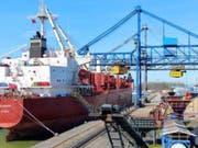 Im September war das Frachtschiff «Glarus» vor der Küste Nigerias von Piraten überfallen worden. 19 Crewmitglieder wurden als Geiseln genommen. (Bild: Massoel Shipping)