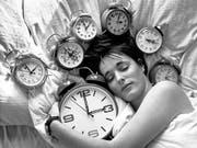 Eine Stunde länger schlafen: In der Nacht auf Sonntag wurden die Uhren in der Schweiz für die Winterzeit um 3 Uhr auf 2 Uhr zurückgestellt. (Bild: KEYSTONE/STR)