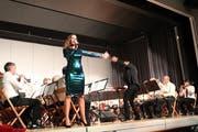 Ausdrucksstark zeigt sich Sängerin Sabrina Sauder im Konzert mit den beiden Brass Bands Märwil und Erlen. (Bild: Manuela Olgiati)