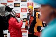 Gibt gleich nach dem Zieleinlauf schon Interviews: Marathon-Sieger Elias Gemperli. (Bild: Corinne Glanzmann, 28. Oktober 2018)