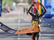 Abraham Kiptum bejubelt seinen Halbmarathon-Weltrekord in Valencia (Bild: KEYSTONE/EPA EFE/MANUEL BRUQUE)