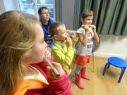 Konzentriert und mit voller Puste: Kinder am Schnuppermorgen der Musikschule Bischofszell. (Bild: Erwin Schönenberger)