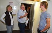 «Oberhirsch» Heinz Wittenwiler (Mitte) erzählt Nadja Hartmann und Beda Klee Details zur legendären Startnummern-Geschichte. (Bild: Urs Huwyler)
