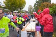 Der Lauftreff Grosswangen in den roten Jacken stand am Sonntag mit zwei Verpflegungsposten (hier in Kastanienbaum) im Einsatz. (Bild: Michael Wyss, 28. Oktober 2018)