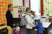 Eine Familie besichtigt die Schulanlage Schollenholz und informiert sich über das Umbauprojekt. (Bild: Hugo Berger)