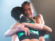 Aniya Seki (rechts) umarmt ihre Bezwingerin Maribel Ramirez nach dem WBA-WM-Kampf im Fliegengewicht in Gümligen (Bild: KEYSTONE/EPA KEYSTONE/ANTHONY ANEX)