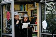 Das Duo Satz und Pfeffer unterhält im neuen Bücherschrank auf dem Zuger Bundesplatz das Publikum. (Bild: Stefan Kaiser (26. Oktober 2018))