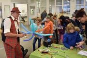 Voll beschäftigt war auch Clown Mr. Balloni mit der Herstellung von Ballonsujets für die Kinder. (Bild: Georg Epp, Schattdorf, 27. Oktober 2018)