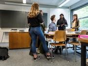 95 Lehrkräfte stehen wegen Pädophilie, Sucht oder Gewalt auf der schwarzen Liste der EDK. (Bild: KEYSTONE/CHRISTIAN BEUTLER)