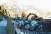 Präzision ist gefragt beim Platzieren der grossen Steinblöcke. (Bild: Philipp Unterschütz (Engelberg, 26. Oktober 2018))