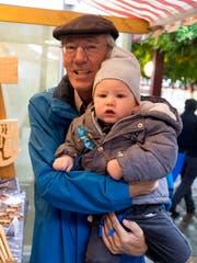 Bestaunen Schnitzereien: Werner Schenkel mit seinem Enkel Janis.